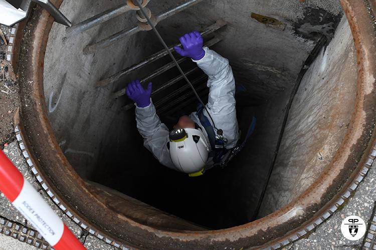 Brigade d'intervention de la DOPC inspectant les égouts de Paris