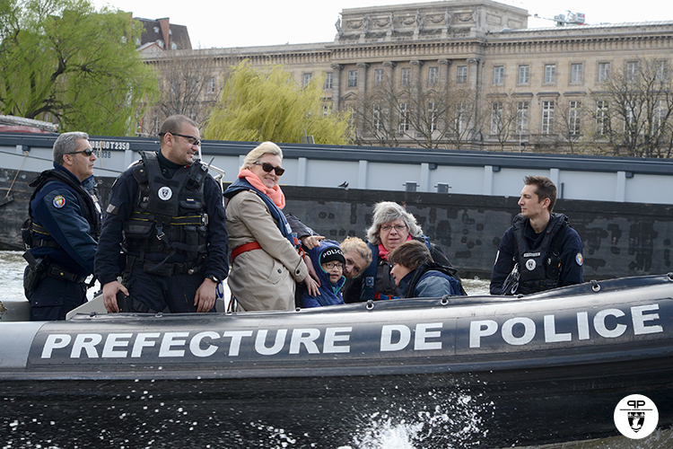 Visite de la brigade fluviale par un Petit Prince