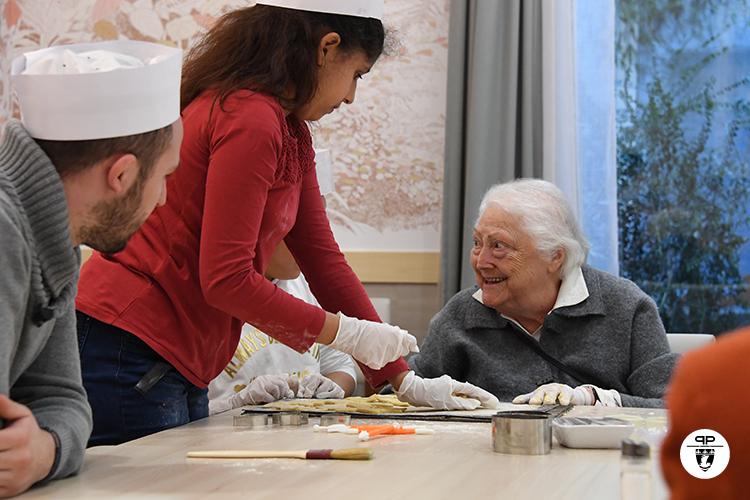 L'atelier pâtisserie avec des seniors