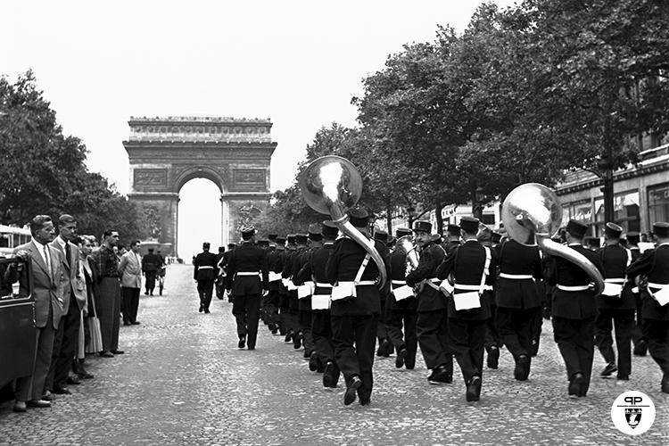 Le Front Unique des Résistants de la Préfecture de Police (FURPP) va déposé une gerbe de fleurs sur la Tombe du Soldat Inconnu à l'Arc de Triomphe. Défilé de la Musique des Gardiens de la Paix. 18/08/1949.