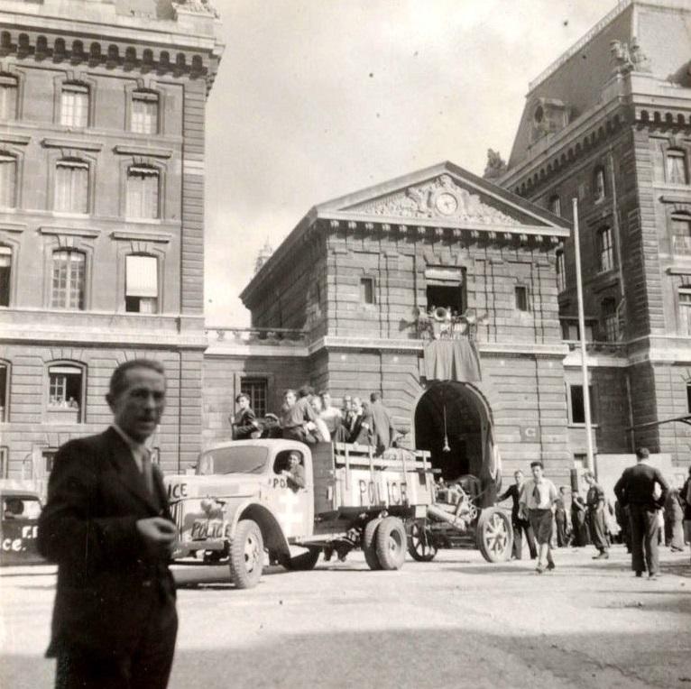 La cour principale de la préfecture de Police, appelée cour d'honneur Jean Chiappe (du nom du préfet de police de 1927 à 1934), rebaptisée depuis cour du 19 août (photo prise le 19 août 1944, au moment de l'insurrection des policiers). Crédit © SÉEBERGER FRÈRES / RUE DES ARCHIVES